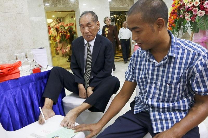 thầy giáo Nguyễn Ngọc Kí, mặc dù bị liệt cả hai tay nhưng với sự cố gắng và quyết tâm học chữ thầy đã bắt đầu tập viết bằng đôi chân